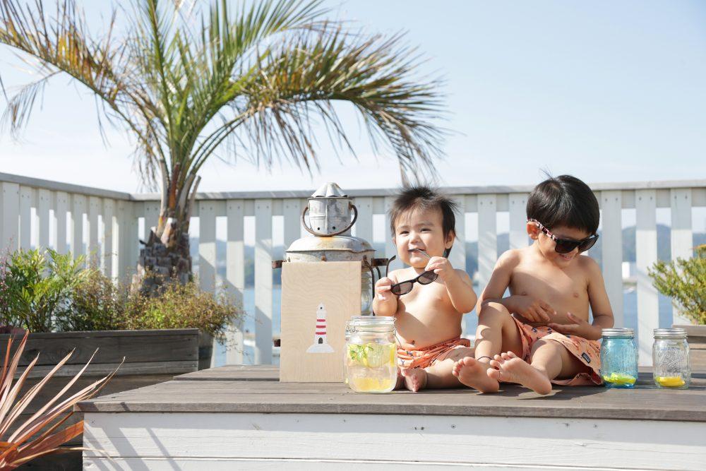 子供写真スタジオStudioHome横須賀店で撮影した展望デッキでの水着兄弟写真