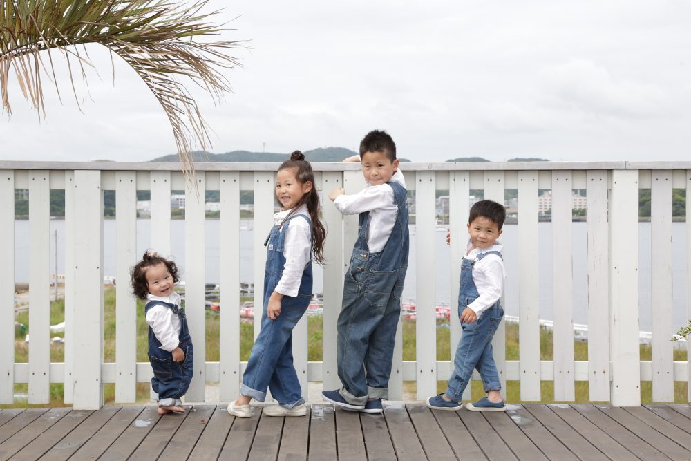 子供写真スタジオStudioHome横須賀店で撮影した展望デッキでの4人兄弟写真