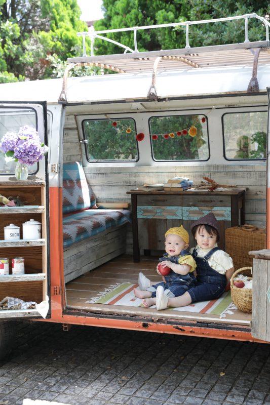 子供写真スタジオStudioHome横須賀店で撮影したワーゲンバスでの兄弟写真