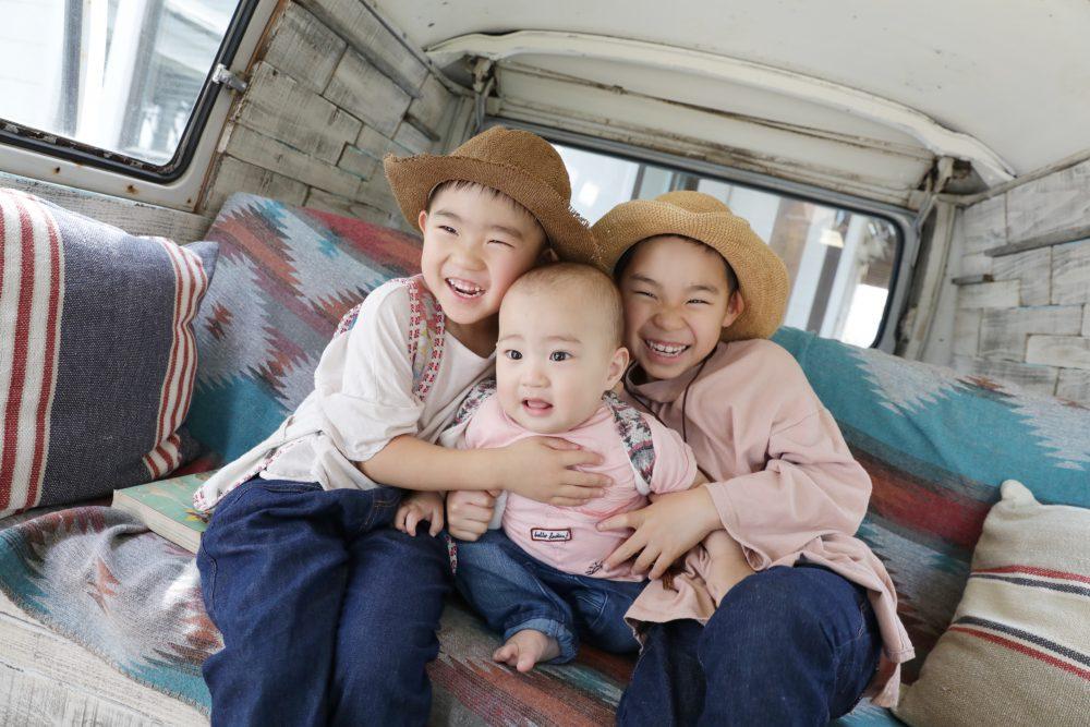 子供写真スタジオStudioHome横須賀店で撮影したワーゲンバスでの3人兄弟写真