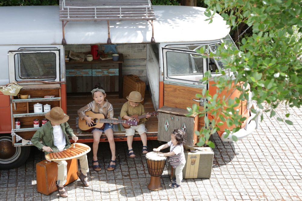 子供写真スタジオStudioHome横須賀店で撮影したワーゲンバスでの4人兄弟写真