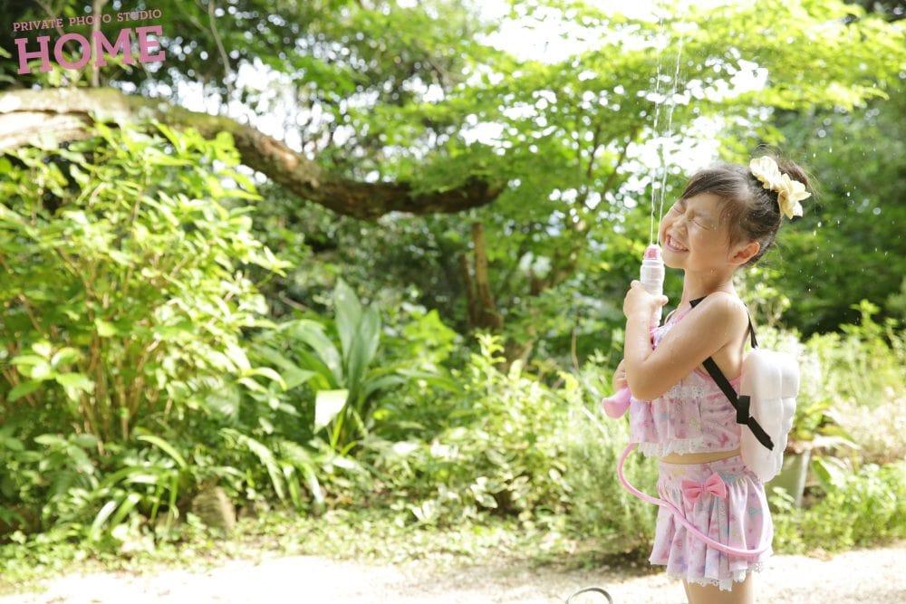 子供写真スタジオのStudioHOME鎌倉店で撮影した女の子が水鉄砲で遊んでいる写真。