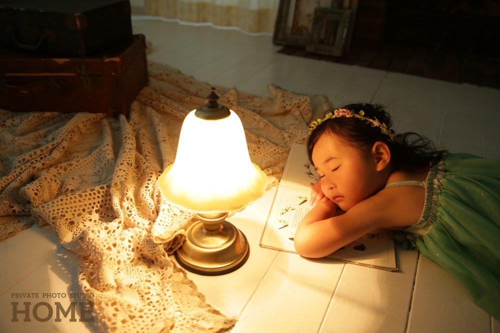 子供写真スタジオのStudioHOME鎌倉店で撮影した女の子が寝ている写真。