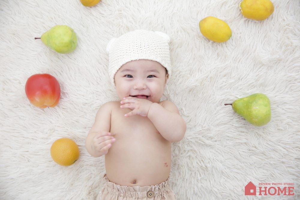 子供写真スタジオStudioHome鎌倉店で6ヶ月の女の子が笑顔の写真。