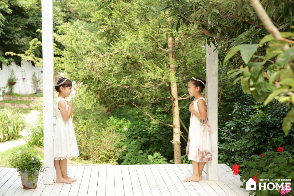 子供写真スタジオStudioHome鎌倉店で姉妹が見つめ合っている写真。