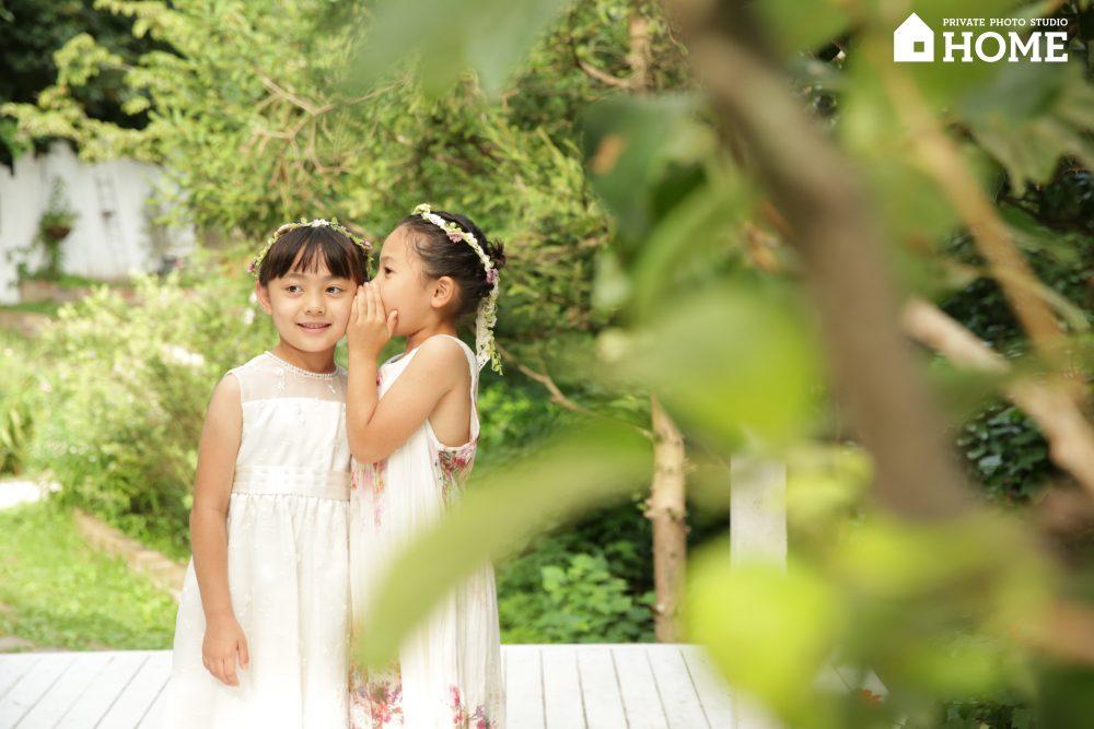 子供写真スタジオStudioHome鎌倉店で姉妹が内緒話をしている写真。