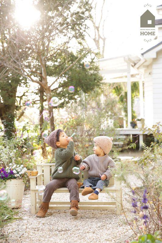 子供写真スタジオStudioHome鎌倉店の庭で兄弟がシャボン玉をしている写真。